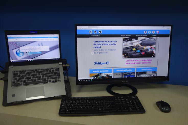 Puesto de trabajo portátil ultrabook, optimizando la productividad, y el confort con la pantalla adiconal.