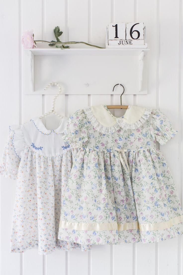 Pikkutyttöjen somat mekot sopivat seinäkosteiksi. Lovely litle girls dresses as wall decoration. | Unelmien Talo&Koti Kuva: Hanne Manelius Toimittaja: Ilona Pietilä