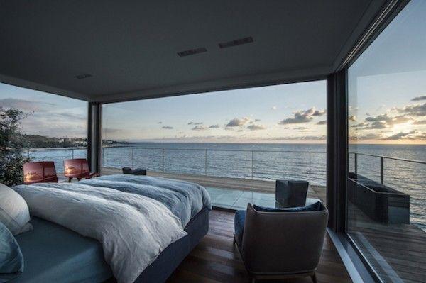 Grandes baies vitrées avec vue imprenable sur la mer  http://www.homelisty.com/idees-baie-vitree/