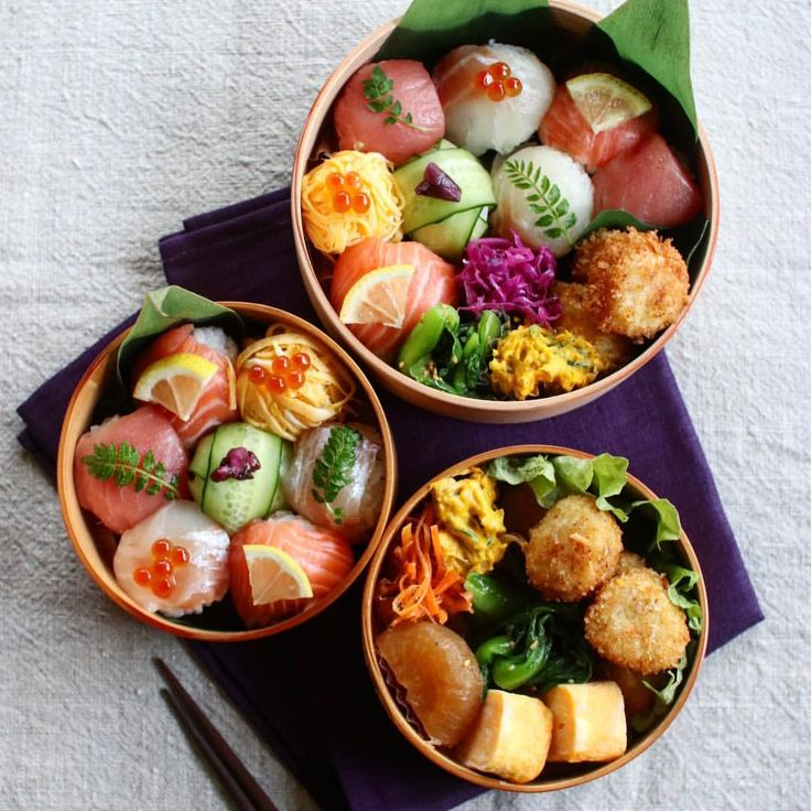 Today's lunch 2018.01.11 ・ ・ #手毬寿司 マグロ、鯛、サーモン、卵、きゅうり ホタテのフライ 卵焼き 青梗菜ナムル 大根煮 南瓜サラダ キャロットラペ 紫キャベツラペ ・ ・ 今回はものすごーくご飯を小さく握りました。 多分いつもは今日の1.5倍はあるかも。 この大きさだと、ネタ付きでも一口でいけます。 今度からそうしよう ・ ・ #healtybreakfast#nutritious#healthy#healthyfood#foodshare#foodporn#foodpic#photooftheday#pictureoftheday#tasty#instagood#instafood#lunch#お昼#おうちごはん#昼食