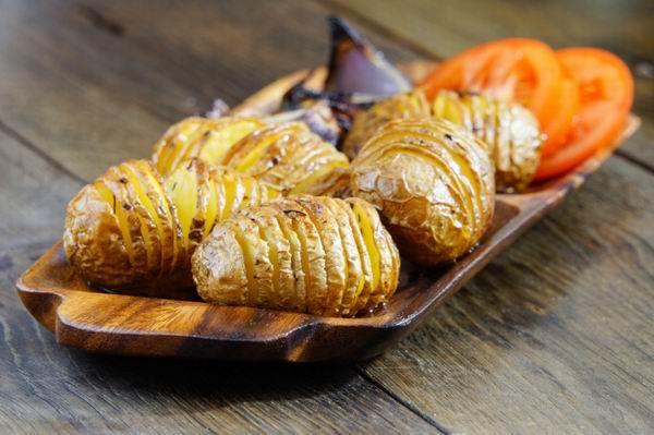 A méretes, hosszúkás beirdalt krumplik kívül ropogósra, belül puhára sülnek a sütőben