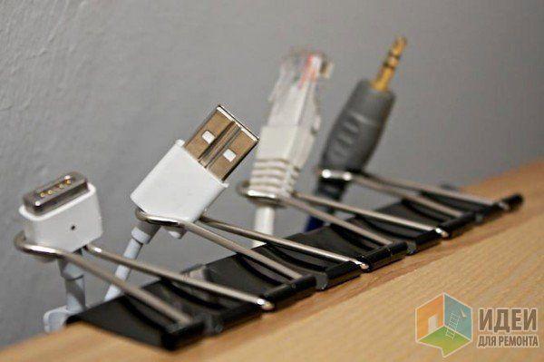 Оригинальная идея хранения шнуров и кабелей на рабочем столе для ленивых, но организованных