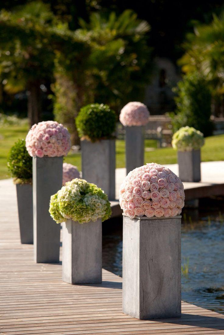 Boules de roses du jardin, boules de buis et d'hortensias par À Fleur et à Mesure, pour une cérémonie de mariage romantique Par votre wedding planner mariagedanslair.fr