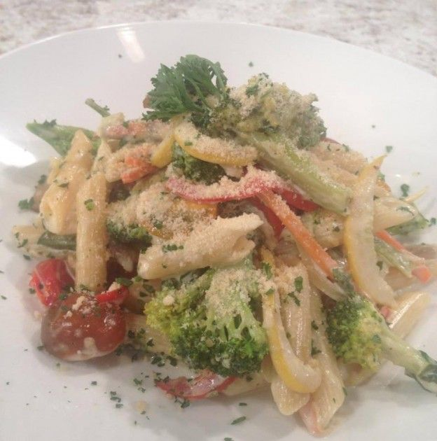 Pasta con salsa blanca y vegetales