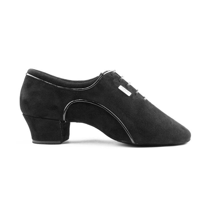 Elegant og fed latin herre dansesko fra PortDance. Modellen PD011 Pro er udført i sort ruskind og med lakdetaljer. Forhandles hos Nordic Dance Shoes: http://www.nordicdanceshoes.dk/portdance-pd011-pro-sort-ruskind-dansesko#utm_source=pin