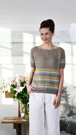 Strikkeopskrift på en enkel og kortærmet bluse med et fint stribemønster nederst på krop og ærmer. Blusen er strikket i gyldne toner og passer rigtig fint til et par hvide bukser eller en nederdel.