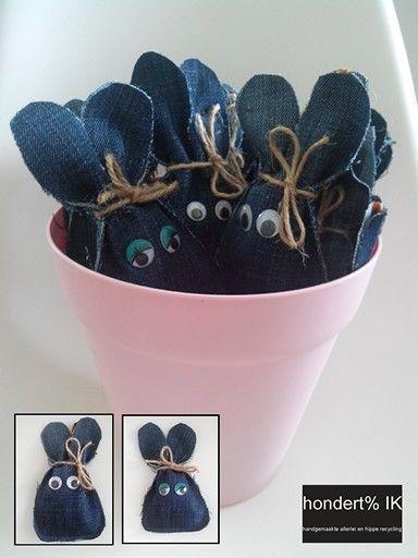 Traktatie voor kinderen. Oude jeans, beetje knippen, stukje naaien, plakoogjes, iets lekkers in het zakje en touwtje met strikje.