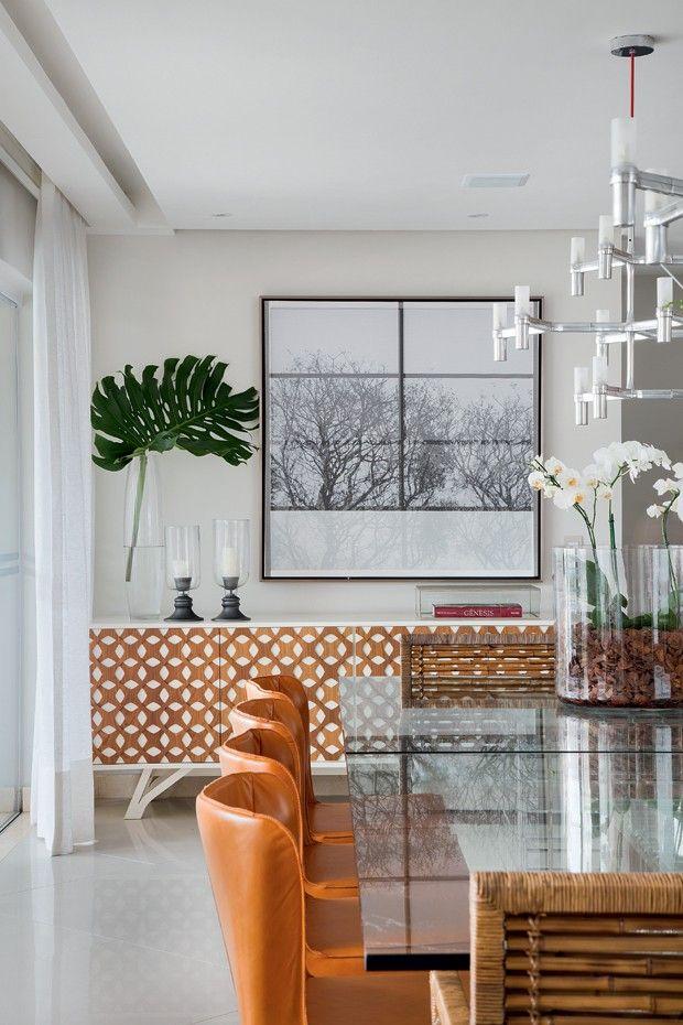 Sala de jantar | Bufê Colonia, da Lattoog Design, à venda na LZ Studio. Mesa de jantar da Artefacto. Cadeiras de couro Orquídea e, nas cabeceiras, modelos de vime da Home Design. Lustre Crown, da La Lampe. Ao fundo, foto da Muui e castiçais da Etna (Foto: MCA Estúdio)