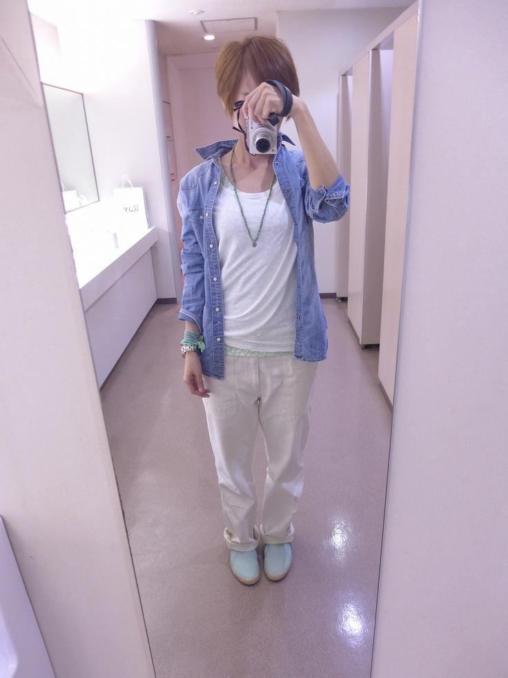 ポイントにペパーミントグリーンを使ったホワイトコーディネート。  デニムシャツ(メンズ)とTシャツはGAP、パンツはジャーナル。  タンクトップはTYPY。何気にレオパードなんです。