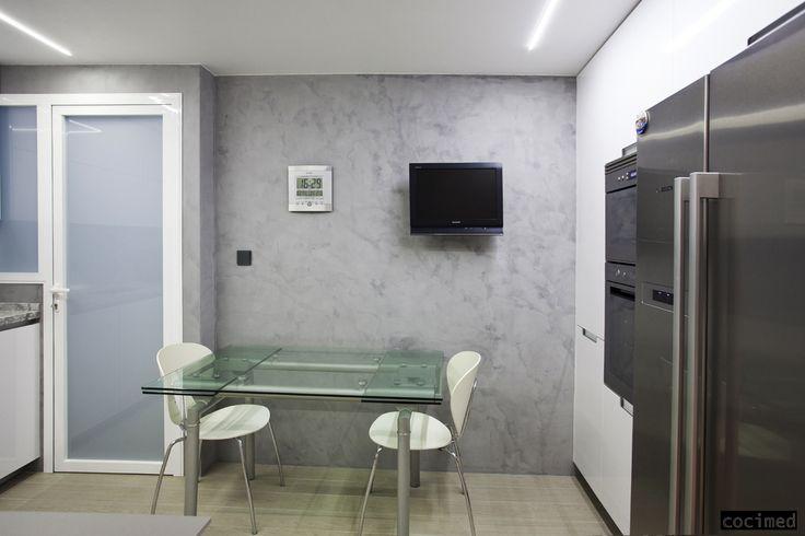 Resultado de la reforma de una cocina en la que se decidió trabajar las paredes con microcemento para darle un toque más actual.  Una pequeña mesa de cristal para comer a diario, hace que visualmente no se reduzca el espacio. #reformas #cocinas #interiorismo #diseño  #microcemento #ideas #cocimed #alicante