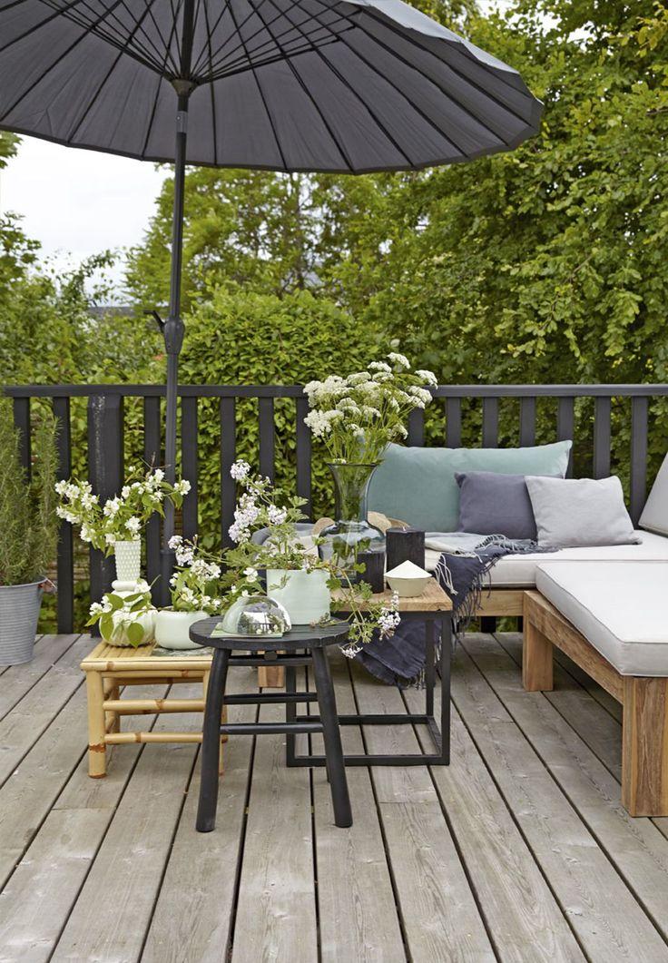 En terrasse er mere end nogle kvadratmeter med vejrbestandige møbler. Det er her, du, familien og alle jeres gæster skal hygge, spise, fortælle historier, se solnedgangen og i det hele taget nyde sommeren. Det kalder på rare møbler og hyggelig stemning – vi viser dig hvordan.