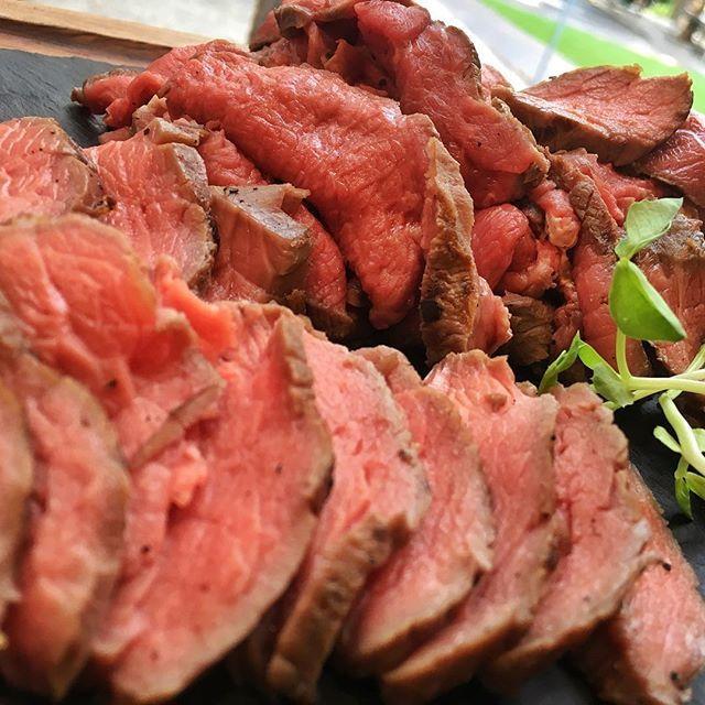 #ローストビーフ 足りなくなったので、追加で。。 このローストビーフ、ある方法で、じっくりと1時間以上かかってます( ^ω^ ) #roastbeef #beef #オージービーフ #grill #grillbbq #肉 #meat #美味しい #牛肉 #塊肉 #weber #chacoal