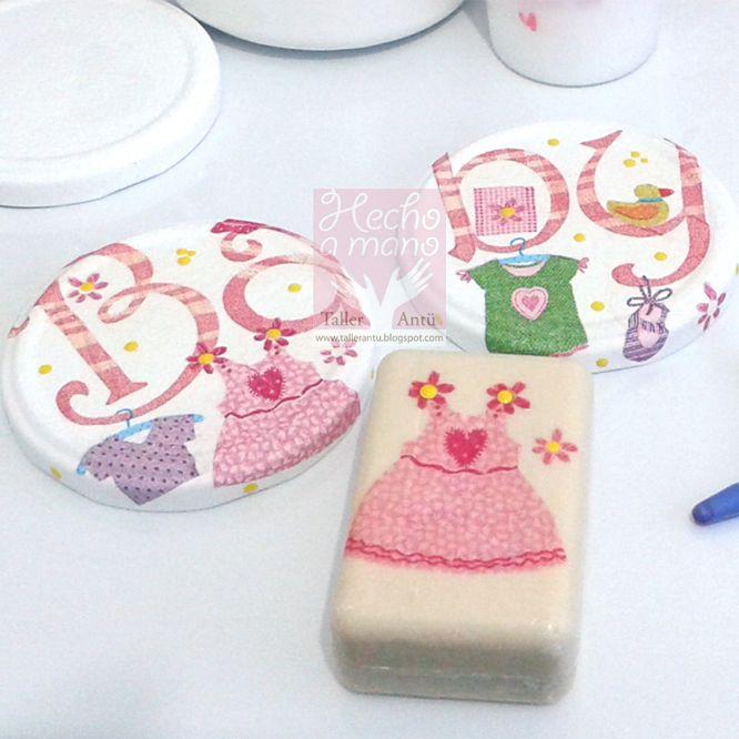 Detalle de tapas de frascos y jabón decorados con decoupage