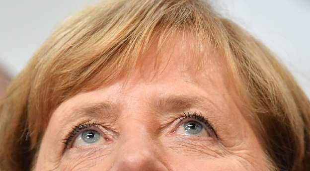 La canciller alemana y líder de la CDU, Angela Merkel, toma conocimiento de los resultados a pie de urna de las elecciones generales, el 24 de septiembre de 2017 en Berlín
