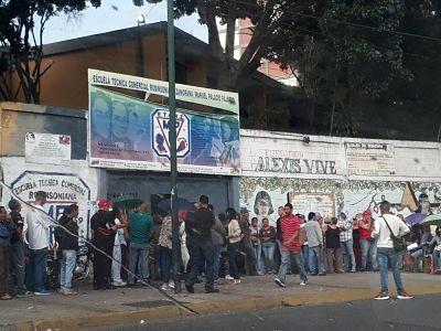 La baja asistencia en el centro electoral donde votaba Chávez VENEZUELA.-Este domingo en la mañana, poca gente asistió al centro electoral donde solía votar el fallecido Hugo Chávez, el Colegio Manuel Palacio Fajardo, situado en el 23 de Enero.