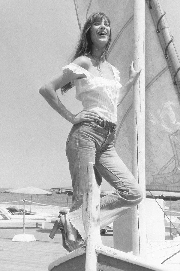 """In der Hippie-Ära bekamen die Karottenjeans Schlag, wurden mit Flicken besetzt und auch gern zerlöchert getragen. Die britische Schauspielerin und Sängerin Jane Birkin sang das Skandalduett """"J'e t'aime - moi non plus"""" und trug dazu Schlagjeans."""