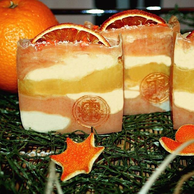 """Мыло с нуля """"Рождественский апельсин"""""""" Состав: масло облепихи, масло авокадо,масло пальмоядровое, масло кокоса, масло оливы, масло пальмовое, масло касторовое, коконы тутового шелкопряда, вода, щелочь. Сделано холодным способом."""