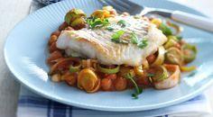 Heerlijk recept voor Kabeljauw met prei. Ingrediënten: kabeljauwfilet, bloem, olie, prei en tomatensaus. Gebruik Lassie Witte Rijst voor een perfecte basis.