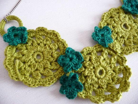Colar de crochê bicolor, motivo floral, com corrente.  * Fecho de metal * Tamanho único  ** Encomende em outras cores R$ 75,00