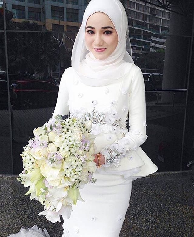 Pretty @farrah1stina donning gorgeous dress from @fiziwoo . And a closer look of our bridal bouquet. ❤️