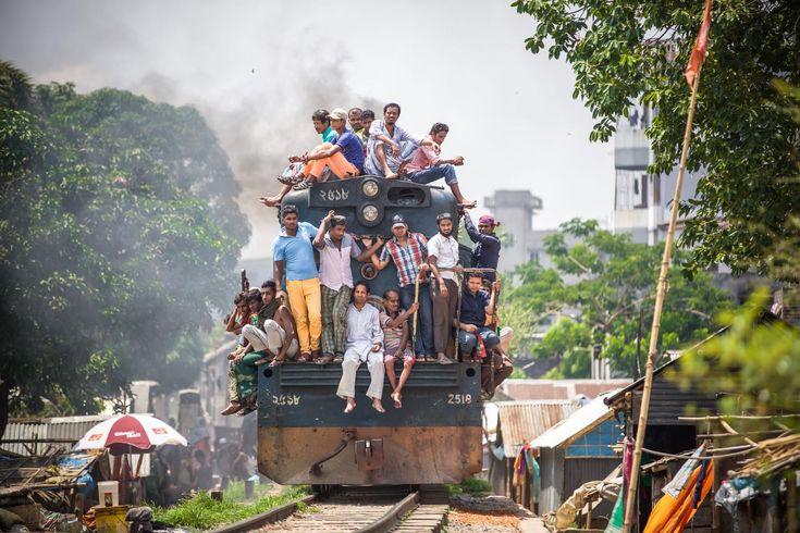 Männer fahren auf einem Zug in Dhaka in Bangladesch mit. Dhaka hat mehr als 8,5 Millionen Einwohner und ist auf Platz 4 der Liste der am dichtesten bevölkerten Städte der Welt. Foto: Miro May  #Fotografie #Bangladesch #Dhaka