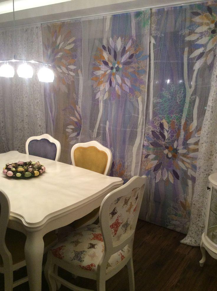 Яга портьеры в интерьере гостиной.