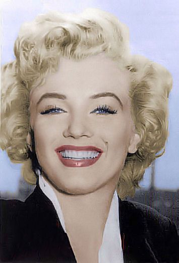 Marilyn Monroe in Niagra Falls - her skin & face is flawless .... & this was before airbrushing