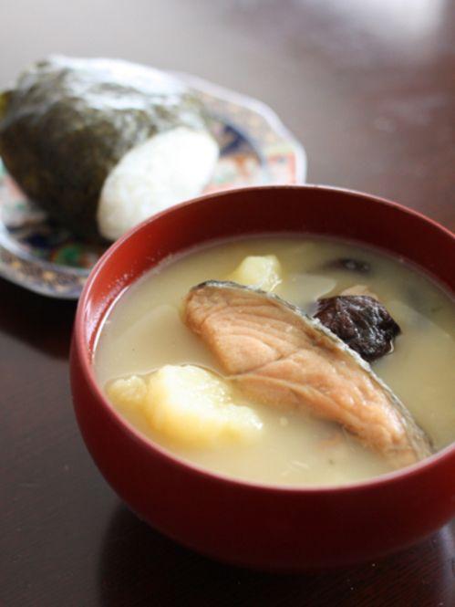 食卓で日本一周!心も体もあたたまるご当地汁物レシピ♡ - Locari ... 鮭で美髪効果を狙う!