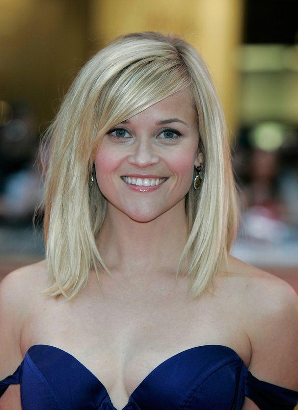 Le carré long de Reese Whiterspoon        Même avec un carré bien lisse et peu volumineux, Reese Witherspoon se fait sexy et sensuelle. Merci à cette belle mèche brillante et à sa robe bustier bleu roi.