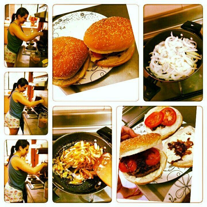 CEBOLLA CARAMELIZADA  Se pone a sofreir la cebolla en un poco de aceite de oliva, una vez este blanda y trasparente se adiciona azucar morena o panela en polvo con un poco de vinagre,  a fuego lento y revolviendo constantemente hasta que seque un poco el vinagre y se derrita del todo el azucar. Ideal para las hamburguesas caserss o en ensaladas.