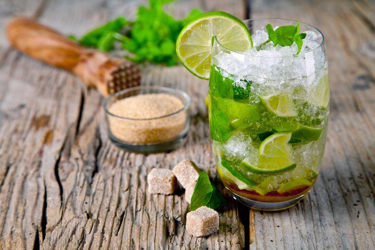 Il Mojito è un famosissimo cocktail di origine cubana che si prepara con lime, menta, zucchero, rum e soda. Dal sapore fresco ed estivo, è perfetto da gustare nelle feste con gli amici!