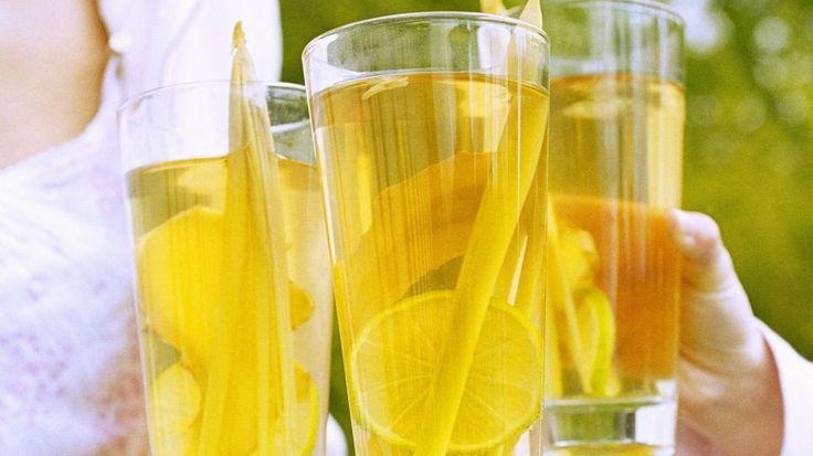 Limette, Ingwer und Zitronengras sind einfach eine erfrischende Kombination: Zitronengras-Eistee   http://eatsmarter.de/rezepte/zitronengras-eistee