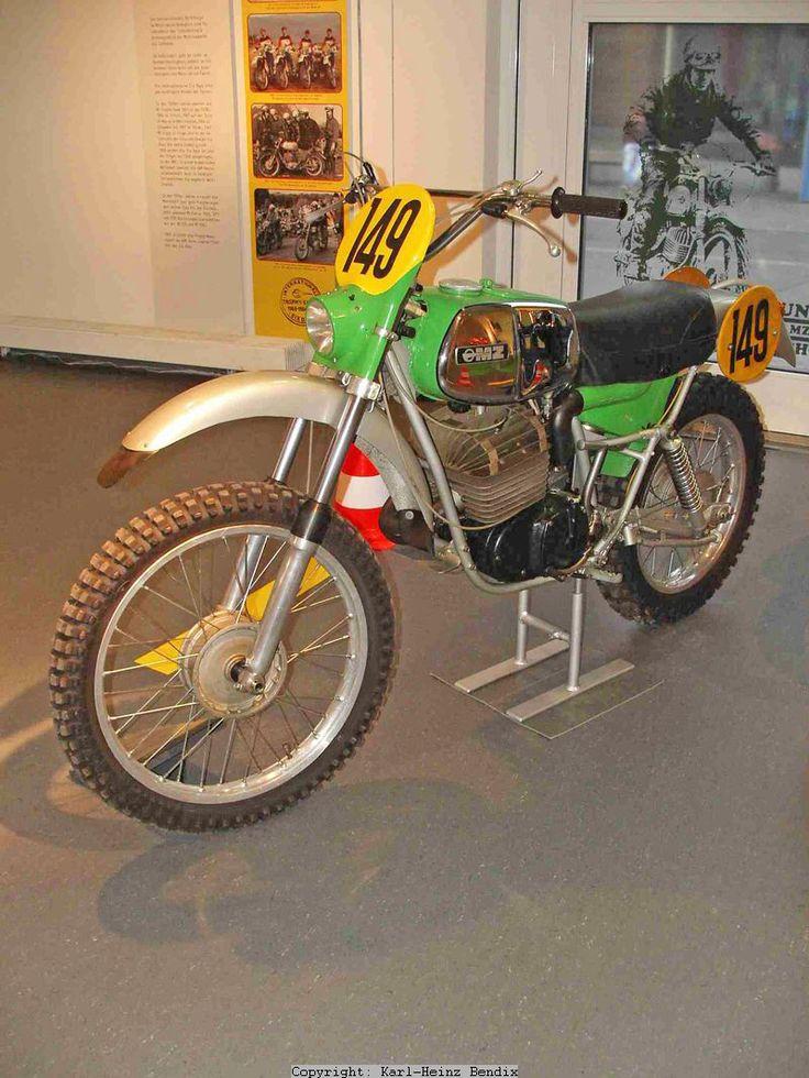 """MZ350GS  -Bei den Serienmotoren war beispielsweise die Kupplung stets auf der Kurbelwelle angeordnet, und so waren auch die Motoren der """"Eisenschweine"""" aufgebaut. Der neue GS-Motor musste sich nun dem konstruktiven Mainstream anpassen, und so bekam er die Kupplung am üblichen """"Ort"""", auf der Getriebe-Vorgelegewelle.  Die hier gezeigte GS350 aus dem Jahr 1975 repräsentiert die MZ-Geländemodelle aus dieser Epoche in wunderbarer Weise."""