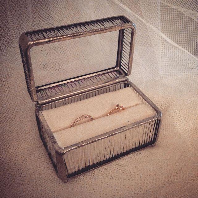*** インスタグラムご無沙汰です^^; どんなものを作ったら手にとってもらえるか日々模索しております。 最近作ったリングボックス。普段使いにも、大切な日にもぴったりかも♡ *** #ガラス#glass #glassart#artglass #ステンドグラス#stainedglass #ガラスの箱#box#glassbox  #リングピロー#リングボックス #指輪#ring#wedding #ハンドメイド#poricamp