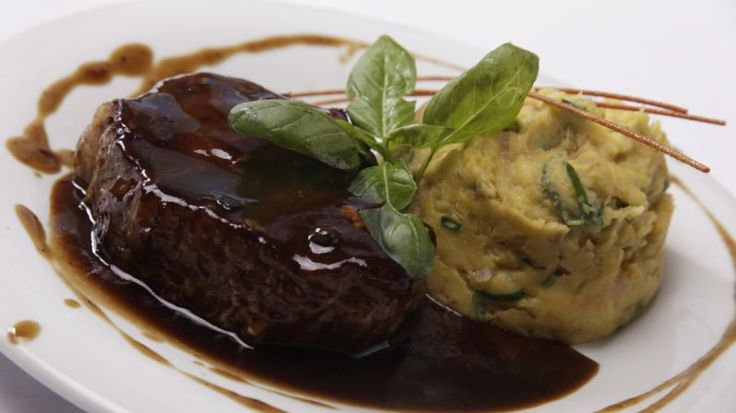 Bondiola braseada a la cerveza negra con puré de batatas Weird Food, Crazy Food, Carne, Steak, Muffin, Pudding, Breakfast, Desserts, Gastronomia