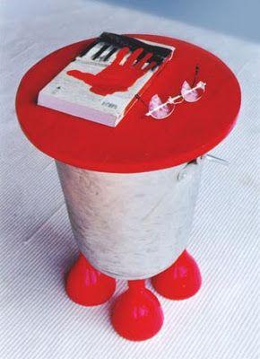 Mesinha = balde de alumínio, pés de garrafas de coca cola, tampo de madeira reaproveitada