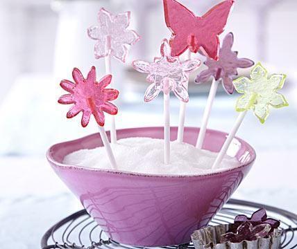 ➥ Süße, essbare Deko auf der Frühlingstafel: selbst gemachte Lollis in Form von Blüten und Schmetterlingen.