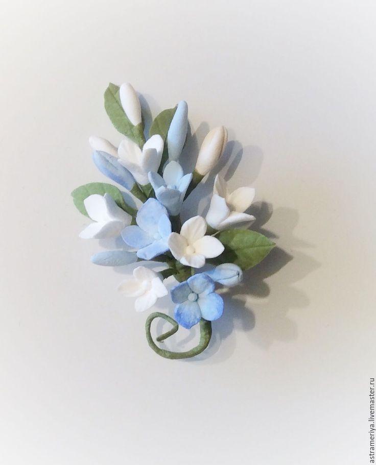 Купить Брошь с цветами из полимерной глины голубая и белая гортензия - голубой, белый цвет, айвори