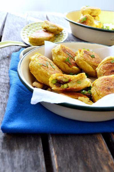 Aloo tikkis   800 g de pommes de terre (variété fondante) 2 càc cumin 1 càc coriandre moulue 1/2 càc muscade 1/2 càc cannelle 1 pointe de couteau de piment 1 pointe de couteau de curcuma Facultatif : gingembre moulu Sel, poivre 60 g de petits pois surgelés cuits rapidement à l'eau bouillante 20 g de raisins secs 20 g de noix de cajou toastées