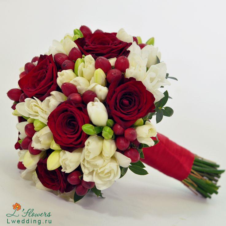 Свадебный букет невесты из белых роз и красных