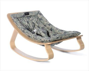 LEVO rocker / bouncer vippestolen i 'Frou Frou Blue/Retro Blå' har en naturlig gynge bevegelse som forsiktig følger bevegelsene til baby. Praktisk og stilig fra franske barnemøbler designer CHARLIE CRANE. Kr 1699 Frifrakt
