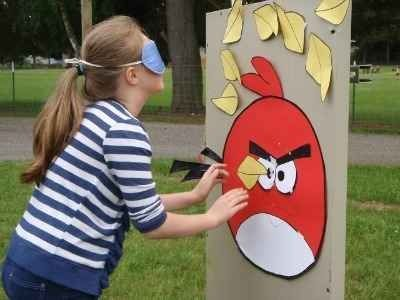 Aasin häntä leikin uusi versio!  All Angry Birds Crafts  check this for angry bird birthday party ideas.