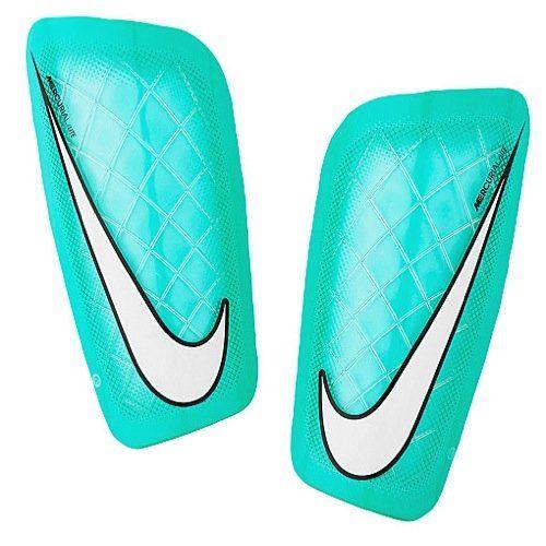 Estas son las espinilleras. Los jugadores de fútbol usan estos para proteger sus espinillas. Si no usaban estos, a continuación, que podrían hacerse daño.