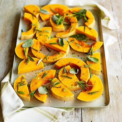 Simpele geroosterde pompoen uit de oven recept - Jamie magazine (Gemaakt op 23 feb, aanpassingen: verse rozemarijn en gedroogde tijm & salie)