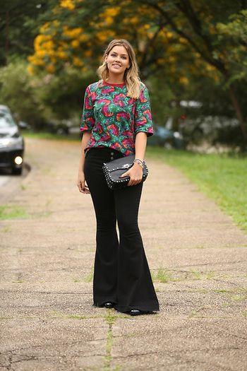 Street Style Mood: look da Marcella Tranchesi com calça pantalona preta e camisa colorida no SPFW