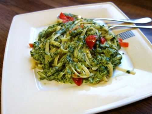 Pasta with creamed spinach cream cheese sauce and tomatoes   – Nudeln