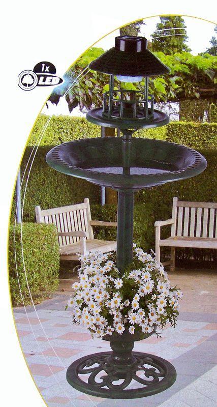 Vogelhotel met solarlamp en bloembak