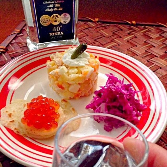 """Olivier salad・オリヴィエ・サラダ オリヴィエ・サラダはスペイン、トルコ、東ヨーロッパ、中央アメリカでは「ロシア風サラダ」として知られていて、茹でたジャガイモなどをマヨネーズで和える点は同じだが、肉類が入らないことがあり、トルコやコスタリカではテーブルビートが入る。スペインでは人気のあるタパスである。  Pickled cabbage of Dill flavor・サリョンナヤ・カプスタ ロシア風細切りキャベツ漬けディル風味  blini・ブリヌィ ロシア風のクレープのことで、ロシアを代表する家庭料理の一つだそうです。クラースナヤ・イクラ(赤い - 45件のもぐもぐ - wait a moment☝""""ちょっとこれで待っててねZAKUSKIザクースキ by Ami"""
