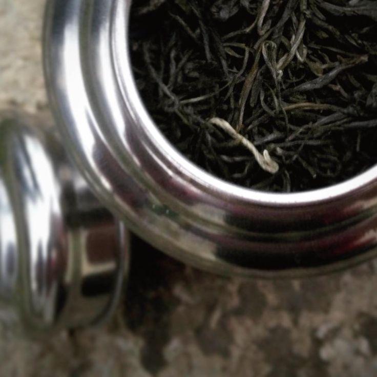 #teagift #secretsanta #giftfromwork #tea #mengding #tastegteat Tajný anonym santa z práce mě odbařil skvělým čajem v hezké dóze.Fakt mě trápí, že je ten člověk tajný.Chtěla bych poděkovat.#tealover #klubkocajuje #teaaddict ☕️👌🎊🎉🛍😱