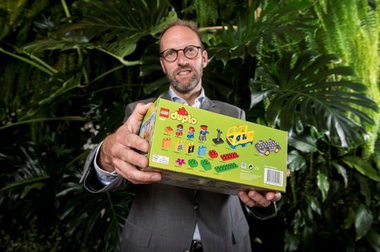 LEGO KONCERNEN REDUCERER UDLEDNINGEN AF CO2 FRA EMBALLAGE MED 10.000 TONS. Siden juni 2014 er nye LEGO® produkter blevet solgt i mindre æsker med certificering af Forest Stewardship Council®. Æskerne anvender gennemsnitligt 14 procent mindre papir, og samtidig støttes skove, der er certificerede og ansvarligt forvaltede.